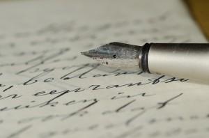 Füllhalter auf Blatt mit Handschrift