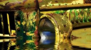 teilweise unter Wasser stehender Oldtimer