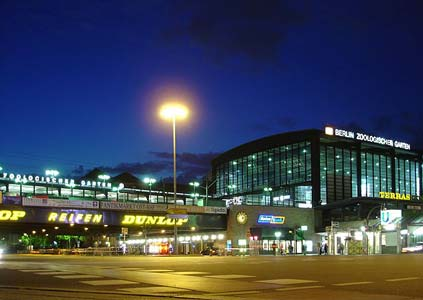 Berlin_Zoo_Station_at_night_2