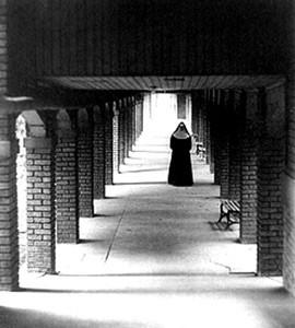 Nonne_im_Kreuzgang,_1930