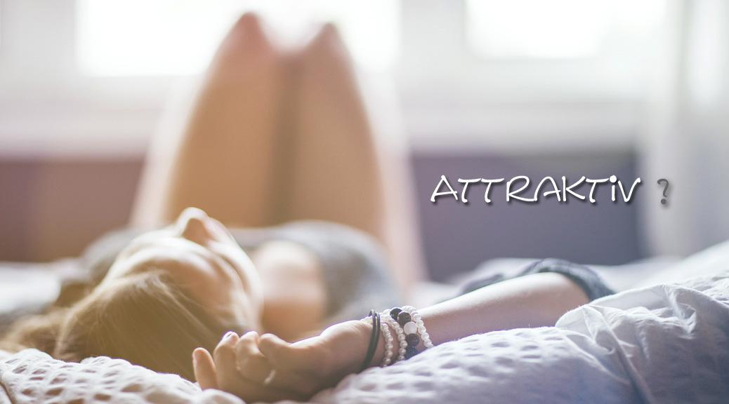 Attraktivität junge Frau traemt auf Bett