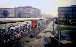 640px-Berlin_Wall,_Niederkirchnerstraße,_Berlin_1988