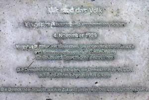 640px-Gedenktafel_Alexanderplatz_(Mitte)_Wir_sind_das_Volk