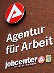 Agentur_für_Arbeit,_jobcenter_im_Landkreis_Celle,_Logos_und_Embleme_am_Gebäude_Georg-Wilhelm-Straße_14_in_29223_Celle