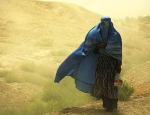 640px-Woman_wearing_burqa_Balkh_Afghanistan